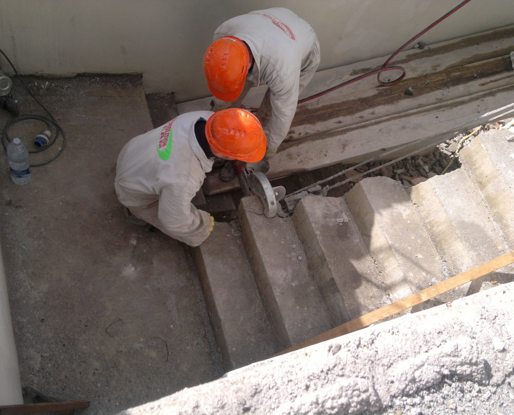 Demolizione Scala In Cemento Armato demolizione di un solaio con pinza idraulica - demolizione
